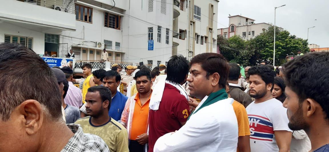 वीआईपी के नेता तथा कार्यकर्ता शहर के विभिन्न हिस्सों में राहत अभियान में सक्रिय हैं
