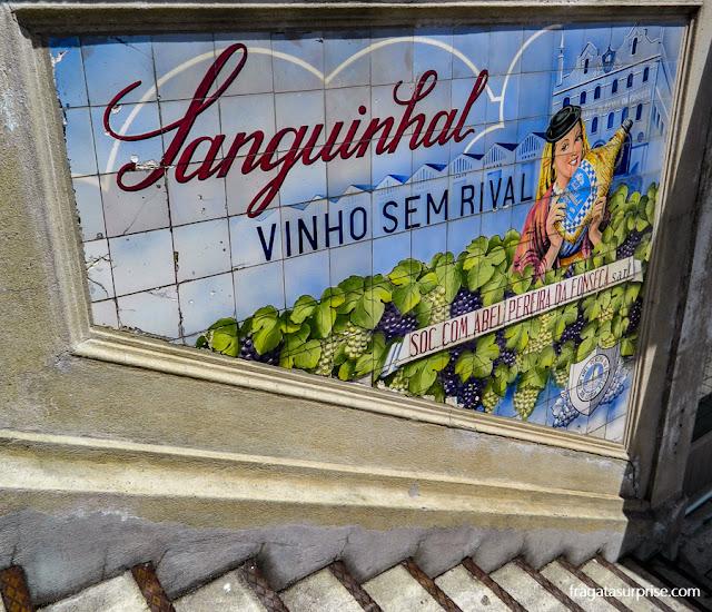 Anúncios de vinhos no Mercado do Bolhão, Porto, Portugal