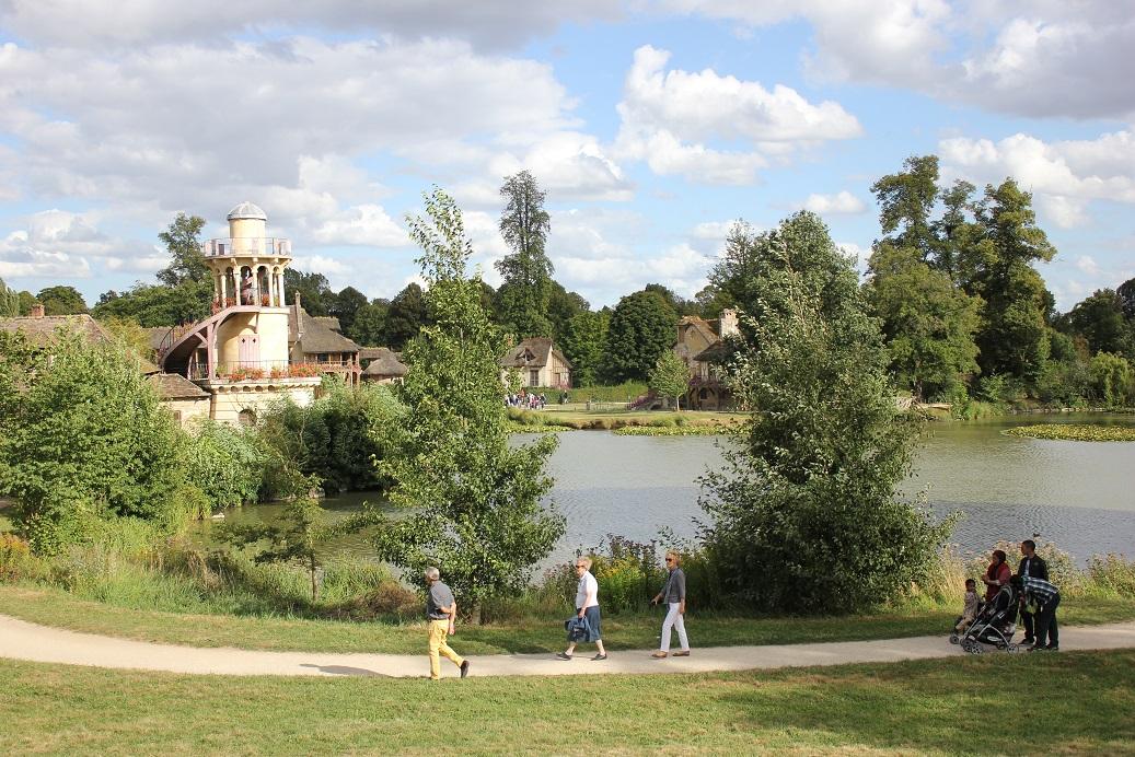 Turisté v Hameau de la Reine, vesničce Marie Antoinetty ve Versailles