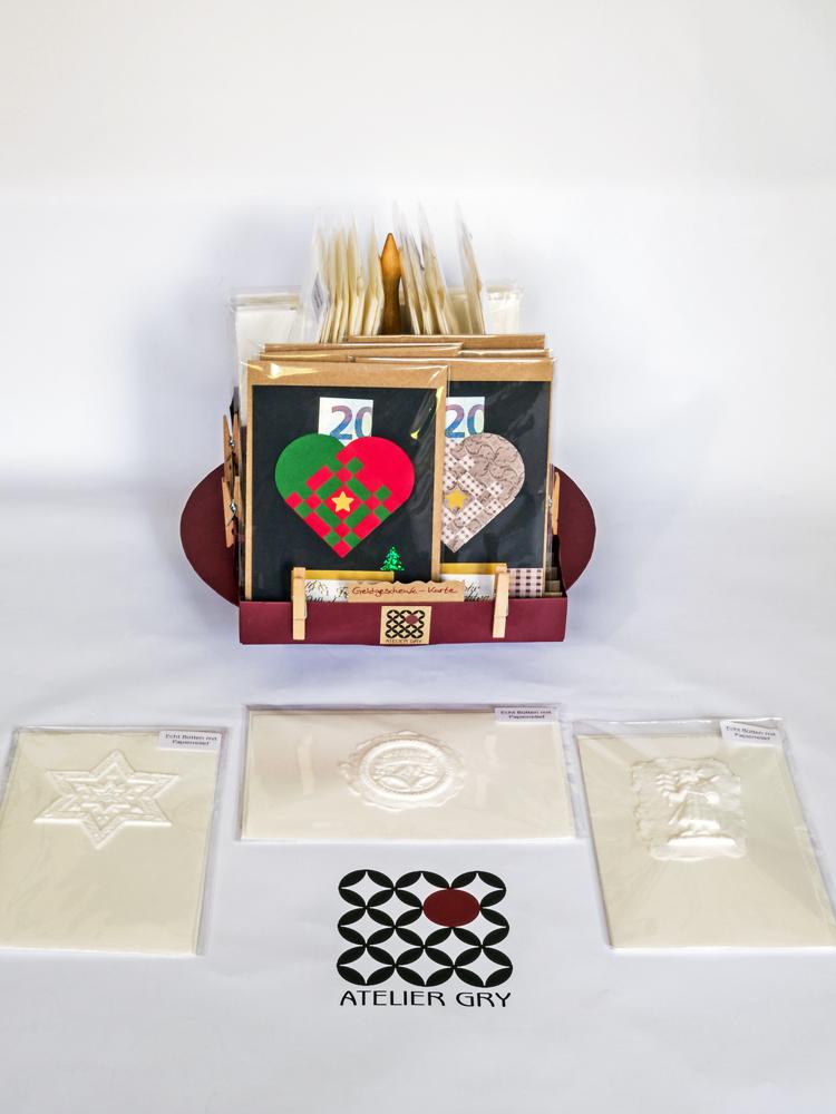 Büttenkarten mit Papierrelief in einem Drehständer mit Geldgeschenk-Karten