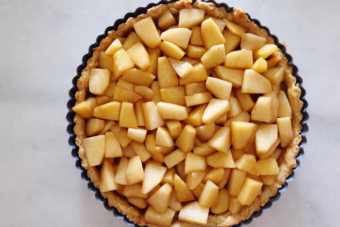 apples added to tart pan