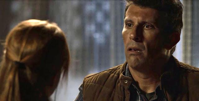Machado descobre que Luz esteve na fonte, em 'O Sétimo Guardião' — Foto: TV Globo