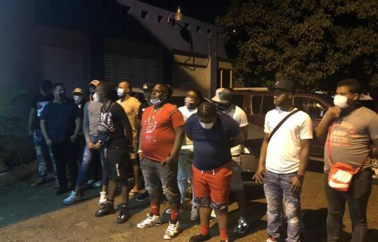Tres policías custodiaban fiesta clandestina en Santiago