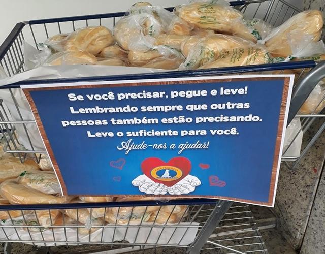 Campanha da Casa Friburgo doa pães a quem precisa