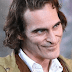 """""""Assisti a vídeos de pessoas sofrendo de risada patológica"""", disse Joaquin Phoenix sobre a risada do Coringa"""