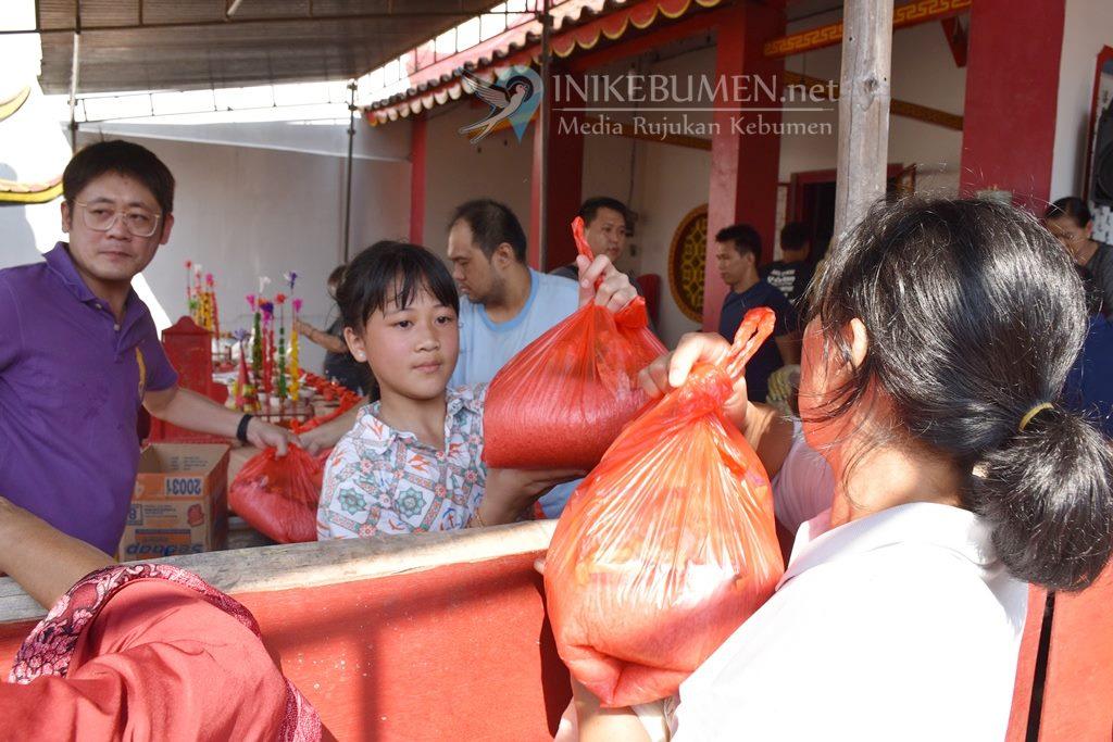 Tradisi King Hoo Ping, Klenteng Kebumen Bagikan Seribu Paket Sembako