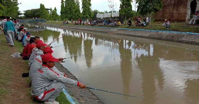 Memancing di bantaran sungai Dam Limo Tegaldlimo.