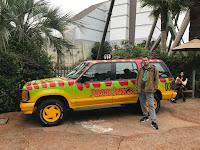 Carlos con el coche de Jurassic Park