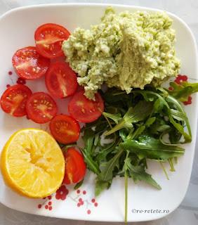 Guacamole cu rucola si rosii reteta lacto vegetariana crema de avocado cu branza de capra si salata retete culinare mancare sanatoasa usoara si rapid de preparat la mic dejun cina si pranz,