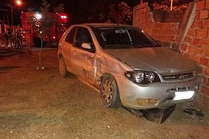 Batida entre carros derruba muro de casa e deixa duas pessoas feridas