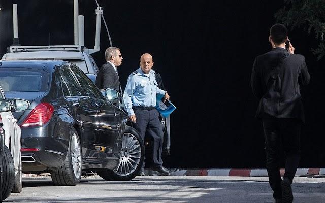 Policiais vão à residência de Netanyahu por casos de corrupção