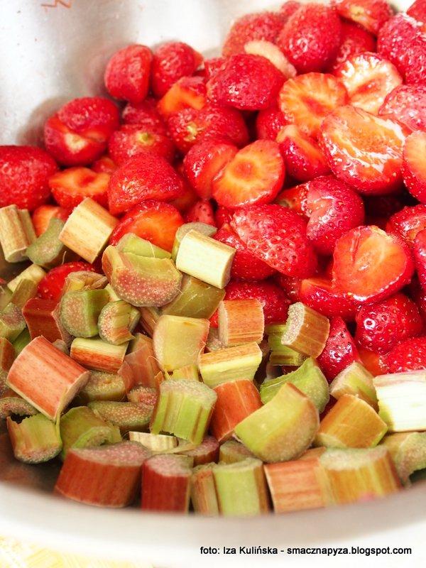 nalewka z truskawek i rabarbaru, naleweczka domowa, domowe przetwory, domowa spizarnia, nalewka owocowa, tak smakuje lato, domowe alkohole