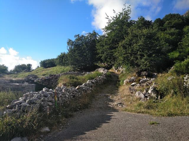 Inicio del sendero al pasar el pueblo de Llamardal
