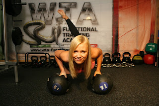 pompki, push-ups, test na 100 pompek, test stu pompek, przykład pompek, kobieta wykonuje pompki na siłowni, kulturystyka, workout