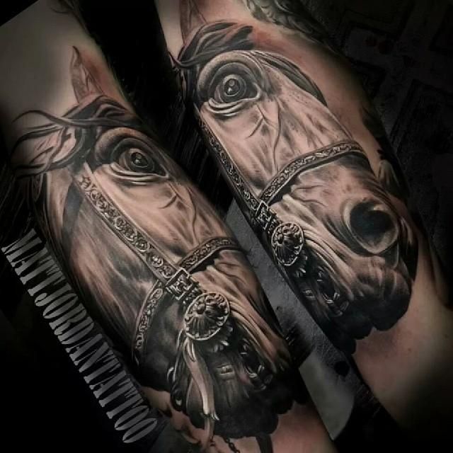 Vemos un tatuaje en blanco y negro de caballo