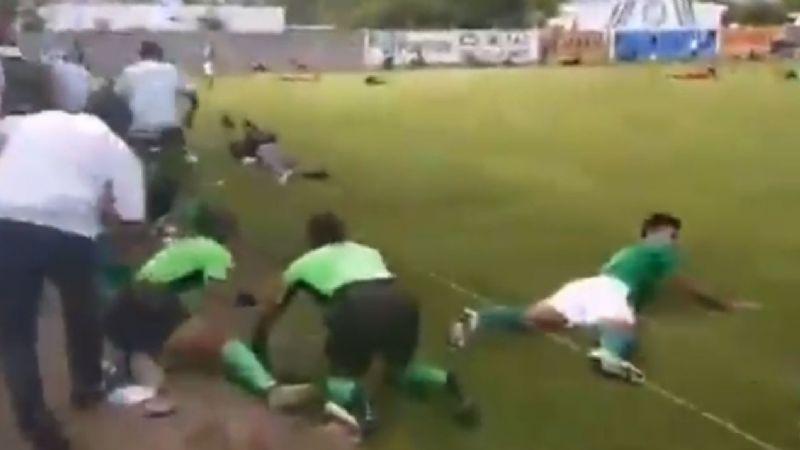 """Masacre en pleno partido de futbol: con """"cuerno de chivo"""", hombre mata a tres, incluyendo a vocalista de la banda """"Sencillita"""""""