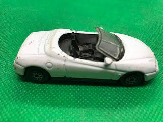 アルファ ロメオ スパイダー のおんぼろミニカーを側面から撮影