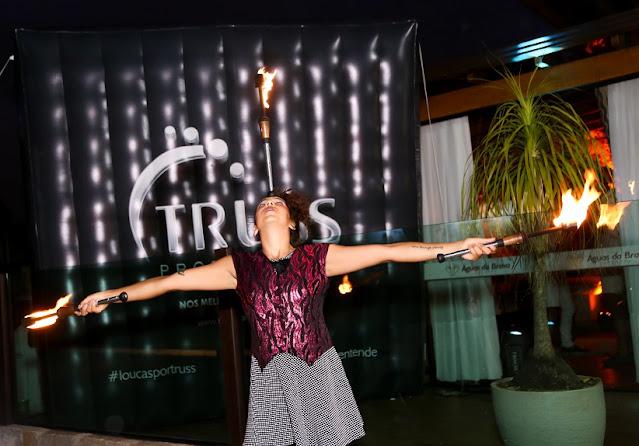 Recepção circense com malabarista de fogo de Humor e Circo em festa ao ar livre da empresa Truss em Santa Catarina.