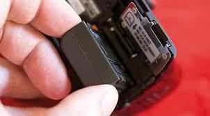 Lepaslah baterai kamera DSLR ketika kalian tidak menggunakannya dalam jangka waktu lebih dari 2 hari agar baterai awet tidak drop