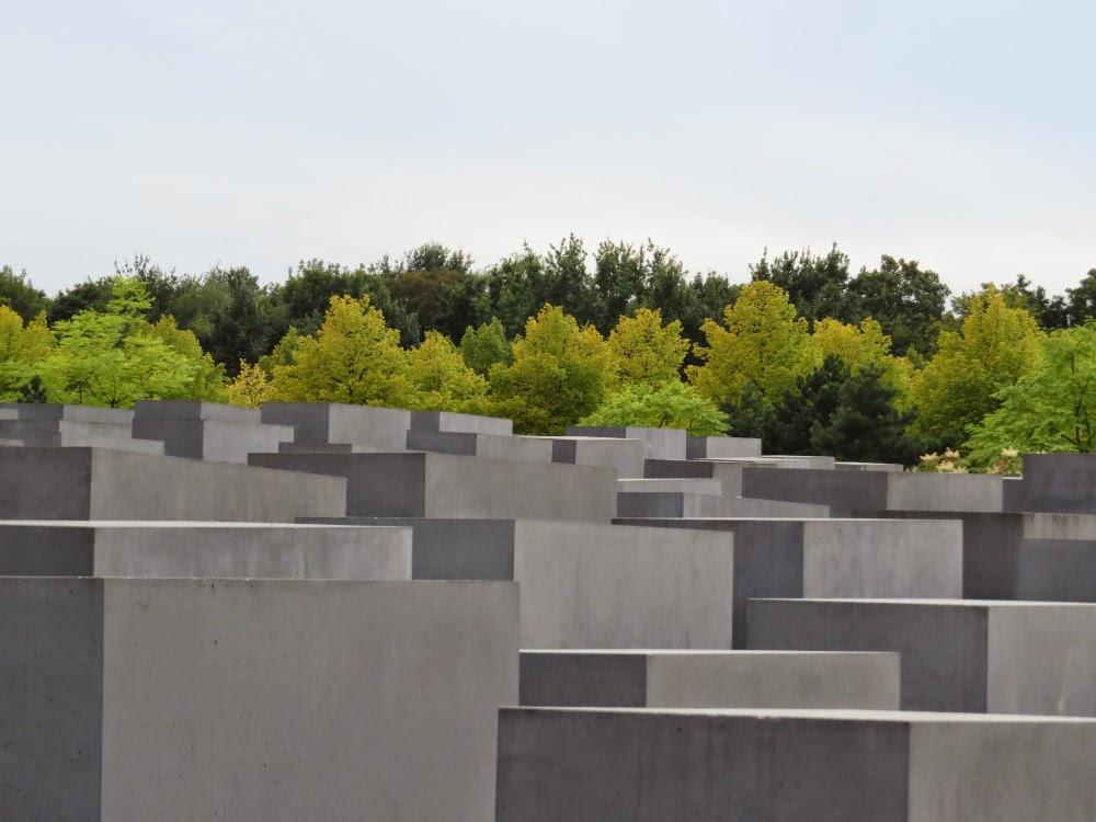 האנדרטה לקורבנות השואה - זווית אחרת