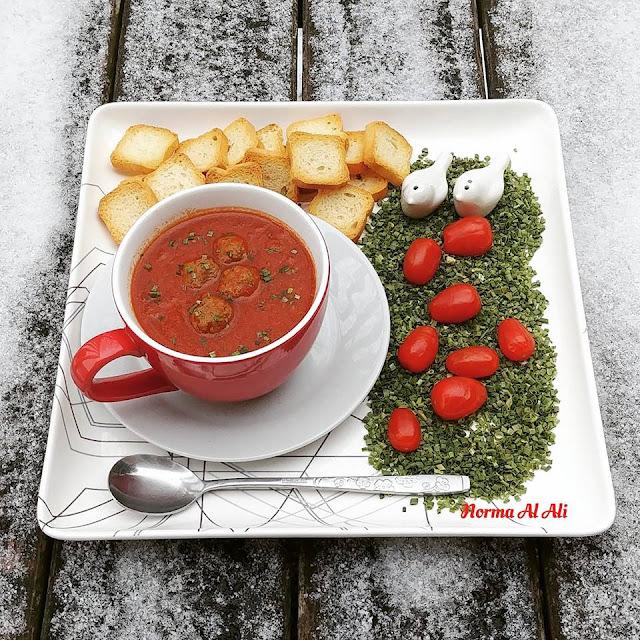 شوربة الطماطم بكرات اللحم