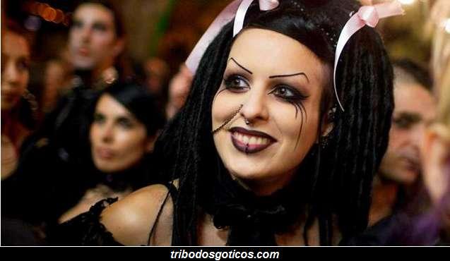 gotica com estilo roupas e cabelo preto