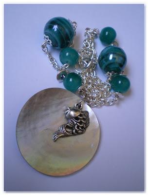 collier argenté, breloque poisson, perles turquoise et pendentif nacre