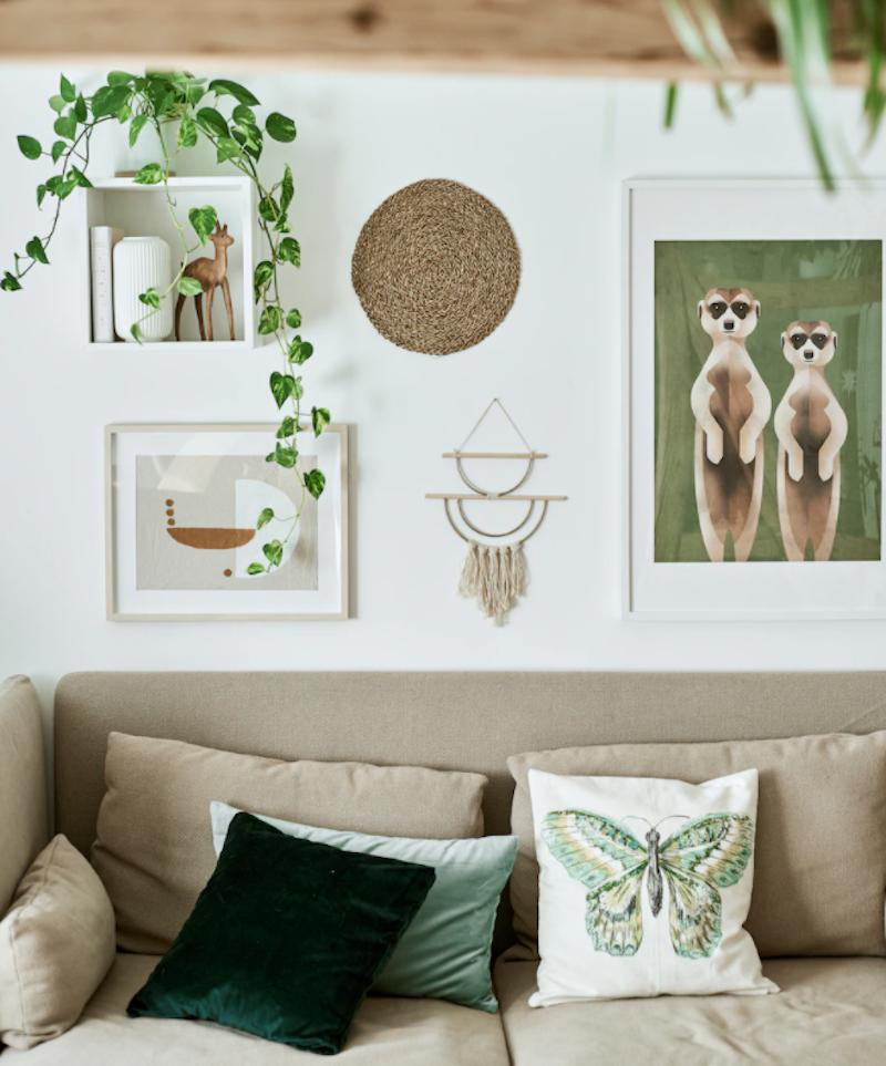 Sofá de IKEA en salón minimalista
