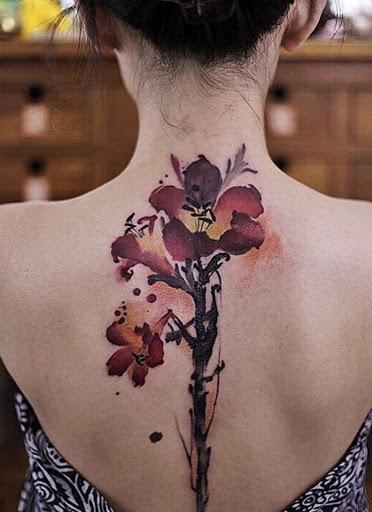 Esta bela flor tatuagem é perfeito para coluna da tatuagem. As flores em si são colocados na parte superior das costas, então você pode exibir facilmente com algum tipo de roupa. As hastes poderia, em seguida, delinear a sua coluna vertebral.