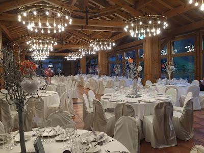 Banquete en un entorno rústico en Sport Hotel en Soldeu, Andorra