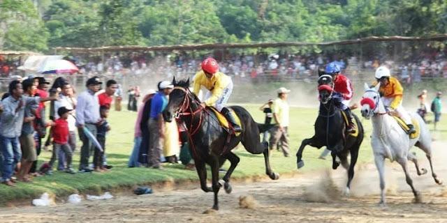 Danrem 032/Wbr Berikan Tropi Utama Juara Race Ke 9 Wirabraja Pacu Kuda Open