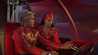 Escena en la nave entre Flash Gordon y la princesa Aura