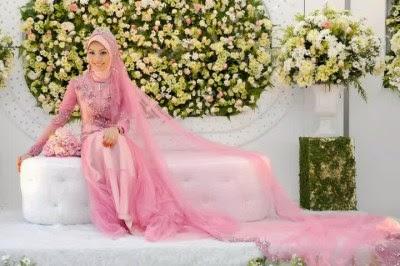 Baju pengantin muslim yang anggun warna merah muda