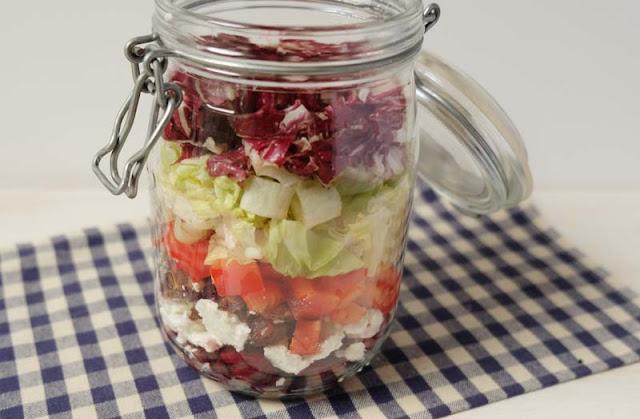 Schichtsalat im Glas mit Datteln, Paprika, Schafskäse und Radicchio
