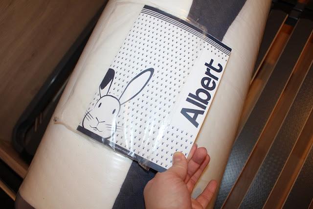 Matelas Albert vu de près avec sa notice pour couper l'emballage