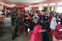 Babinsa Desa Meger Koramil 23/Ceper Pantau Vaksinasi Covid 19 Di Desa Binaan