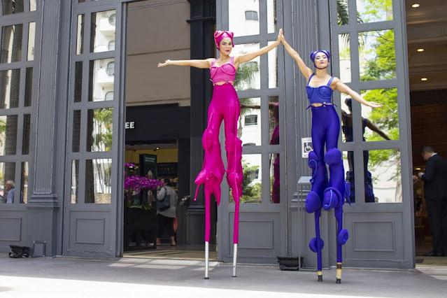 Atração Perna de Pau Mysterê de Humor e Circo recepcionando o público do evento do Shopping Patio Higienópolis para comemorar seus 20 anos.