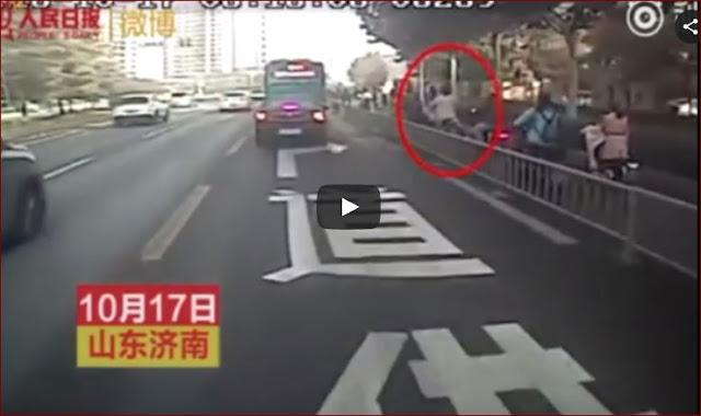Supir Bus Menolong Seorang Wanita Hamil Terjatuh Dari Motor Tuai Banyak Pujian