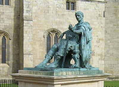 Άγαλμα του Κωνσταντίνου Α΄ στο Evoracum (Εβόρακον), νυν York (Υόρκη), όπου ανακηρύχθηκε αυτοκράτορας