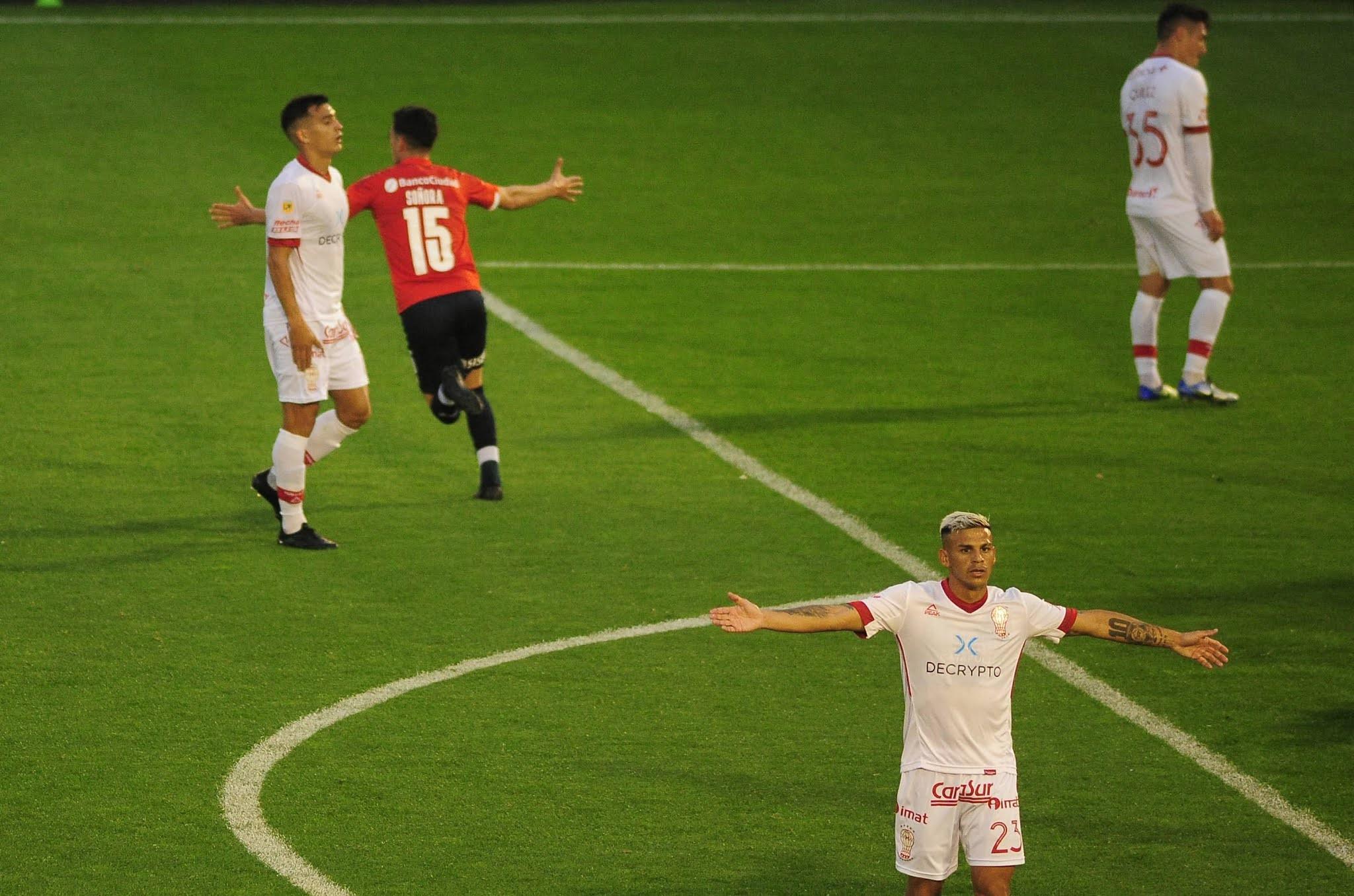 Independiente le ganó a Huracán y no se baja de la pelea