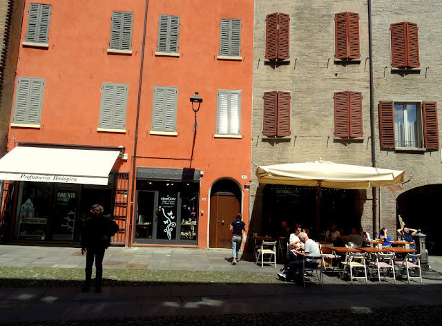 Outdoor cafes in Modena