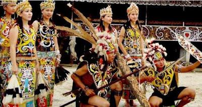 Pakaian Adat dan Senjata Pusaka dari Kalimantan Timur