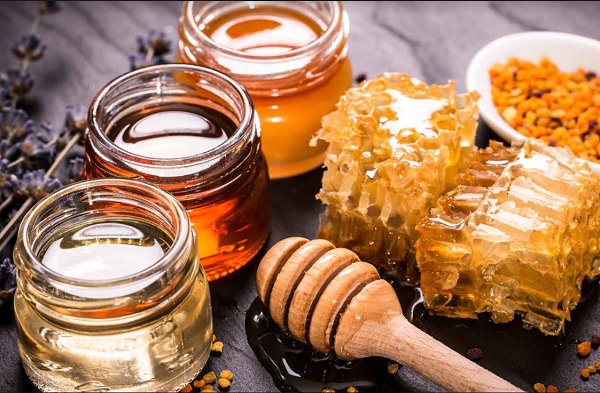 The benefits of eating honey on the throat of the skin