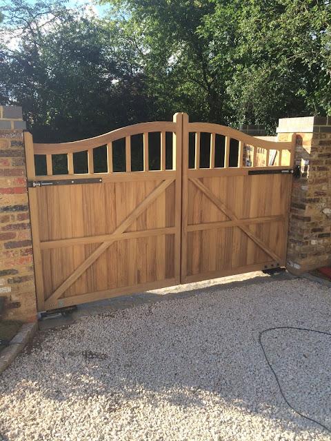 Hardhouten poort laten maken