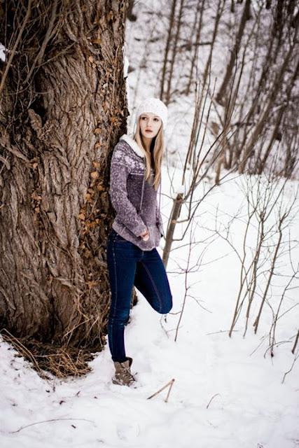 Model im Winter im Schnee am See