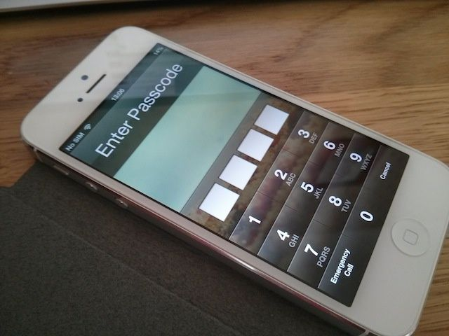 Hacking iPhone to bypass iOS 7 Lockscreen