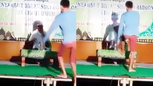 Perbuatan Melampaui Batas!! Seorang Pemuda Menghentakkan Kaki di Meja Ustadz yang sedang Ceramah