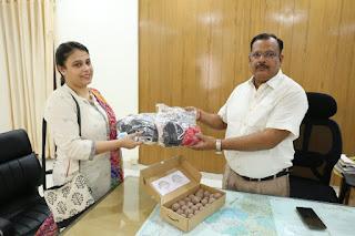 प्रोजेक्ट साइंटिस्ट मानवी ने डीएम जौनपुर को दिए सीड बम व मास्क | #NayaSabera