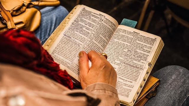 """Una trabajadora doméstica """"ahogada en deudas"""" gana la lotería tras colocar su boleto en la Biblia"""
