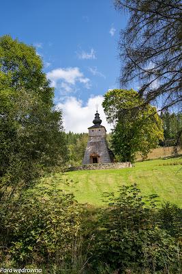 Wchodzimy do Dubnego, cerkiew w oddali na wzgórzu